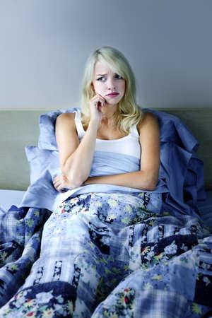 desorden: Mujer rubia sin dormir en la cama con insomnio
