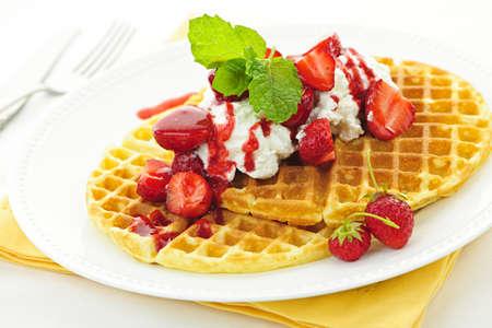 slagroom: Plaat van Belgische wafels met verse aardbeien en slagroom Stockfoto