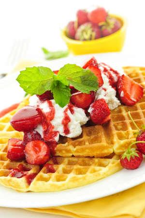 waffles: Placa de waffles belgas con fresas y nata Foto de archivo