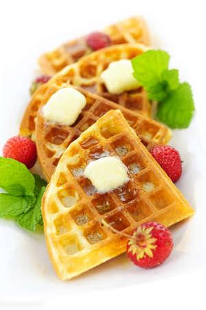 Plaat van Belgische wafels met verse aardbeien en klontjes boter Stockfoto - 10567050