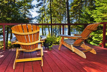 Drewniane pokładu w lesie chałupniczą zbiorczym z przewodniczącymi grup Adirondack