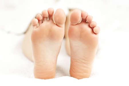 Zolen van zachte vrouwelijke blote voeten in close-up Stockfoto