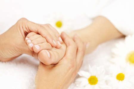 Hembra manos dando masaje a pie desnudo suave Foto de archivo