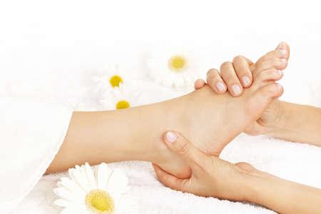 jolie pieds: Femme donnant la main de massage pour pieds nus mous