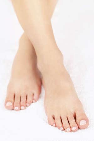 Zachte vrouwelijke voeten met een pedicure dichtbij Stockfoto