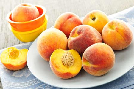 durazno: Melocotones jugosas maduras en un plato listo para comer