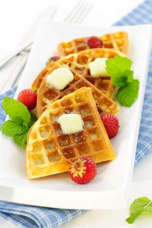 waffles: Placa de waffles belgas con fresas frescas y pats de mantequilla