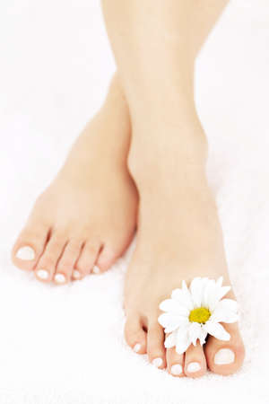 pedicura: Cerrar suaves pies femeninos con pedicura y flores