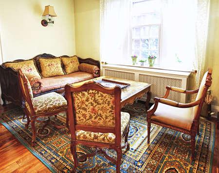 arredamento classico: Mobili antichi in interno salotto di casa
