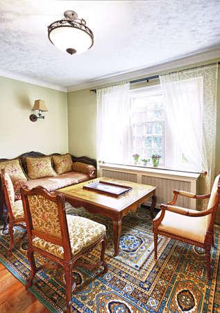 muebles antiguos: Muebles antiguos en el interior de la sala de su casa