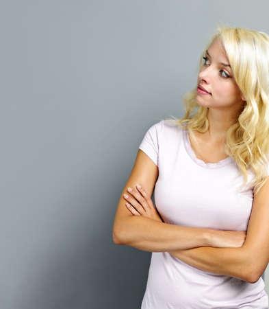 Portret van een jonge blonde Kaukasische vrouw op zoek naar de kant en omhoog