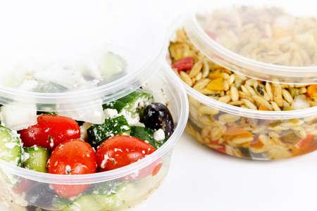 envases de plástico: Dos porciones de ensaladas preparadas en envases de plástico para llevar Foto de archivo