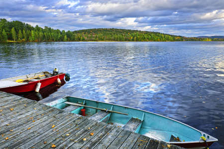 Rowboats docked on Lake of Two Rivers in Algonquin Park, Ontario, Canada Banque d'images