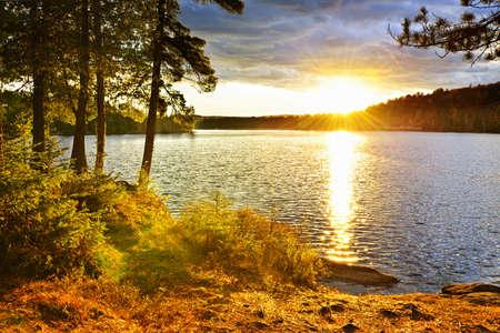 アルゴンキン州立公園、オンタリオ州、カナダの 2 つの川に沈む夕日