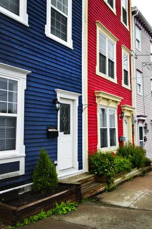 colourful houses: Coloridas casas en la colina de San Juan, Terranova, Canad� Foto de archivo