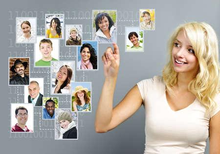 interaccion social: Mujer joven con la red social de amigos