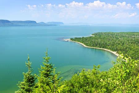 woods lake: Bellissimo paesaggio della sponda nord del Lago Superiore dall'alto in Ontario, Canada