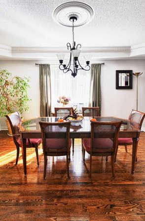 木製のテーブルと椅子の家の中でのダイニング ルームのインテリア 写真素材