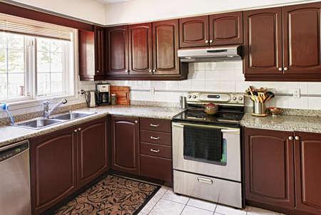 cuisine de luxe: Int�rieur moderne cuisine de luxe avec comptoir en granite et des appareils Banque d'images