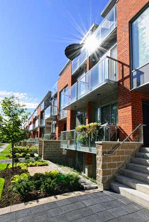 woonwijk: Moderne stad huizen van baksteen en glas op urban street