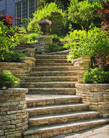 escalera: Escaleras de piedra natural paisaje en el jardín de su casa Foto de archivo