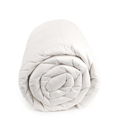 Réchauffez une couette en duvet rempli roulé isolé sur fond blanc