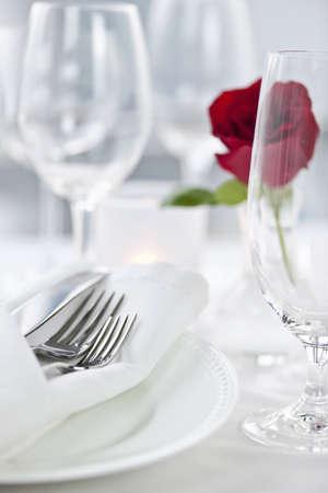 プレート: ロマンチックなテーブルセッティング ローズ プレートとカトラリー 写真素材