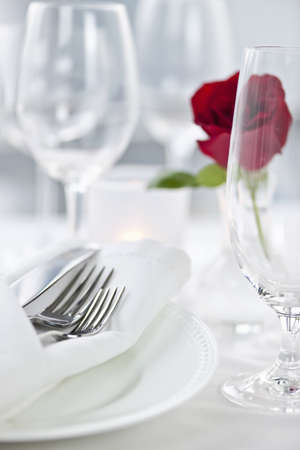 white wine: Romantic table setting with rose plates and cutlery Stock Photo