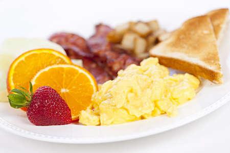 scrambled eggs: Delicioso desayuno de huevos revueltos y tocino tostado