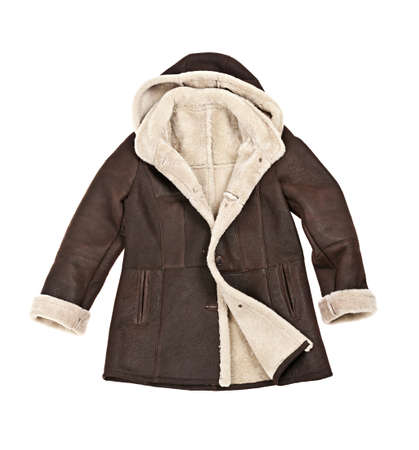 chaqueta de cuero: C�lido abrigo marr�n de piel de oveja de invierno aislados en blanco