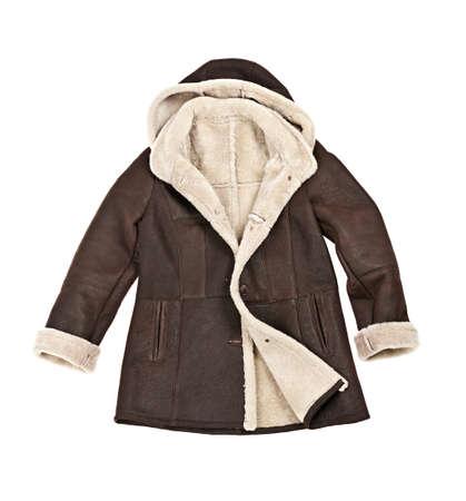 Warme bruine shearling winterjas op wit wordt geïsoleerd