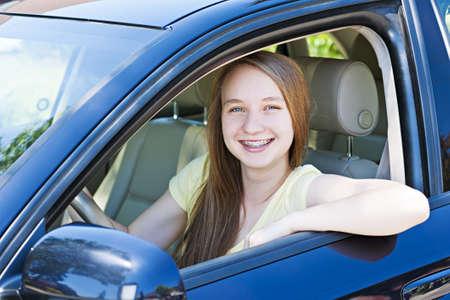 vezetés: Tizenéves női vezetés hallgató a tanulás autót vezetni