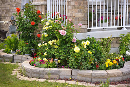 Natuursteen landschapsarchitectuur in huis rozentuin Stockfoto - 14384574