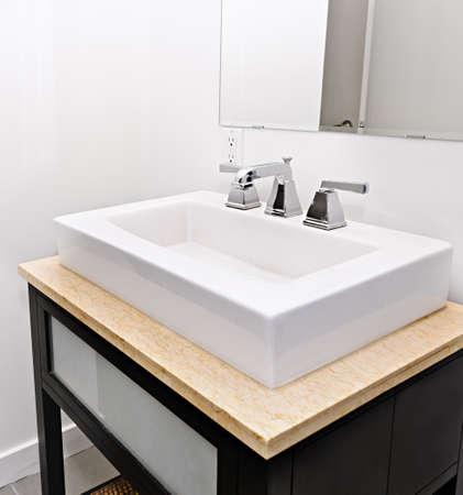 llave de agua: Detalle interior de la vanidad cuarto de ba�o y el espejo