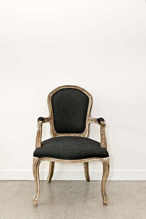 Stuhl: Antique Polstersessel M�bel gegen die wei�e Wand