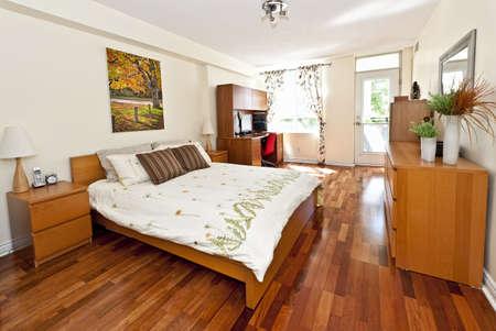 muebles de madera: Interior del dormitorio con piso de madera - obra de arte es de la cartera de fot�grafo Foto de archivo