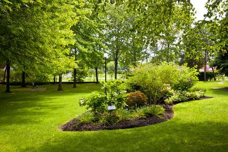 Lush aangelegde tuinen met tuin in stadspark Stockfoto