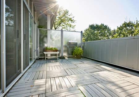 jardineras: Amplio balc�n del apartamento moderno con plantas en el d�a soleado