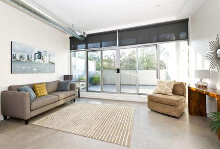 sala de estar: Sala de estar con puertas correderas de cristal al balc�n - ilustraciones de la cartera de fot�grafo Foto de archivo