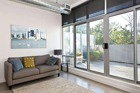 big windows: Гостиная с раздвижной стеклянной дверью на балкон - работа с портфолио фотографа