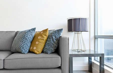 소파: 최종 테이블에 실내 소파 디자인, 컬러 풀 한 쿠션과 조명