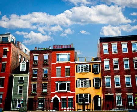 case colorate: Fila di case di mattoni a Boston storico North End