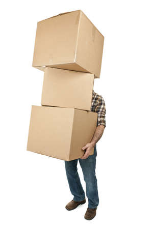 trasloco: Uomo di sollevamento pila scatole di cartone in movimento isolato su bianco