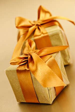 cajas navide�as: Dos cajas de regalo en papel dorado envoltorio con cinta y arco