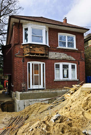 Buitenkant van een huis in renovatie op bouwplaats