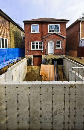 Construire plus de la maison d'habitation avec une nouvelle fondation Banque d'images - 16755218