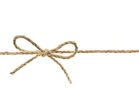gefesselt: Closeup von geflochtenen Schnur in einem Bogen Knoten isoliert auf wei�em Hintergrund gebunden