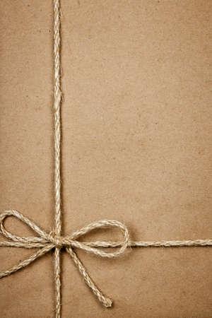 motouz: Brown papírové dárkové balení pozadí s provazy a kopií vesmíru Reklamní fotografie