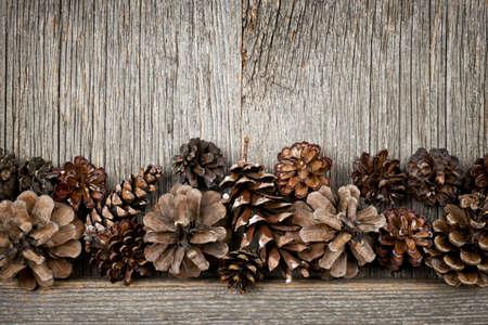 pomme de pin: Rustique fond en bois naturel avec des pommes de pin Banque d'images