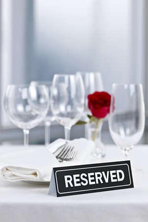 Voorbehouden romantische tabel instelling met rozen borden en bestek